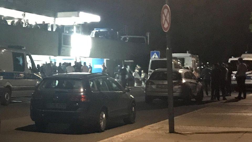 Zahlreiche Menschen versammelten sich am Abend vor dem Krankenhaus, in dem der 36-Jährige seinen Verletzungen erlag