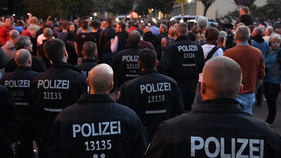 Unter massivem Polizei-Einsatz fand am Abend ein Tauerzug in Köthen statt. Über Nacht blieb es in der Stadt in Sachsen-Anhalt ruhig.