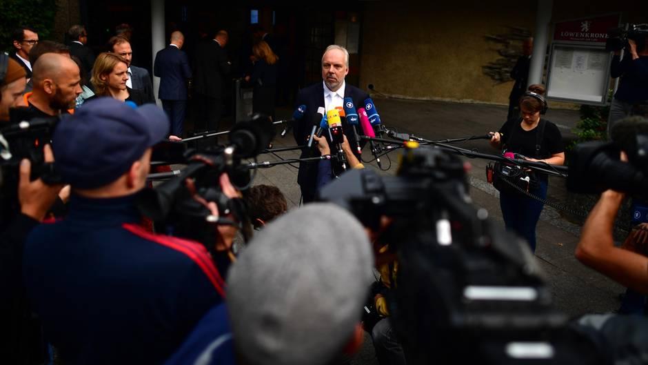 Markus Pfüller, Chefanwalt von Volkswagen, spricht mit der Presse, bevor dasGerichtsverfahren beginnt
