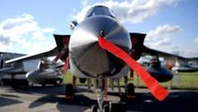 Brandenburg, Schönefeld: Ein Tornado-Kampfjet der Bundeswehr ist bei der Raumfahrtausstellung (ILA) ausgestellt