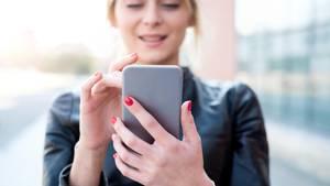 Eine Frau am Smartphone