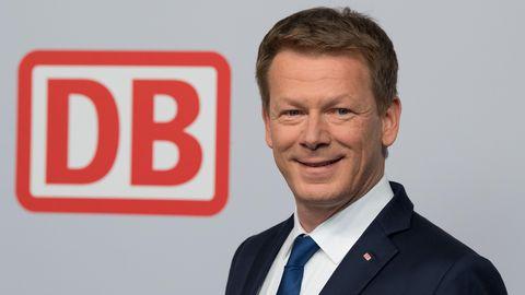 Deutsche Bahn CEO Richard Lutz vor Logo
