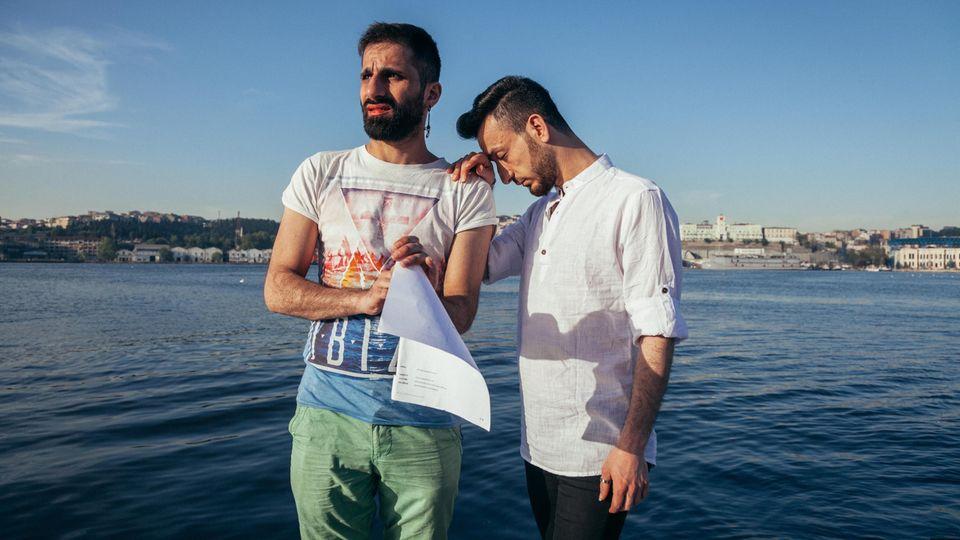 Vorbereitung: Als Wissam (l.) noch lebte, probt Hussein mit ihm seine Rede für den Mr Gay World Contest.