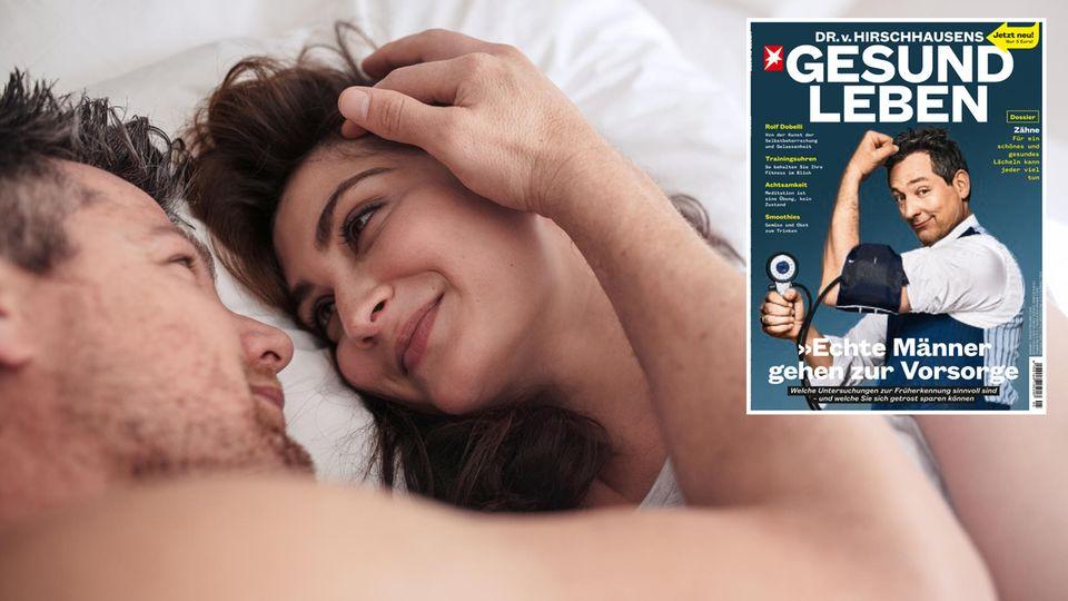 Ein Mann und eine Frau liegen im Bett und kuscheln