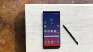 Das Galaxy Note 9 liegt mit dem S-Pen auf einem Buch