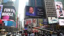 Mit einer 460 Quadratmeter großen LED-Werbetafel sucht ein Mann am Times Square in New York nach einer Spender-Niere