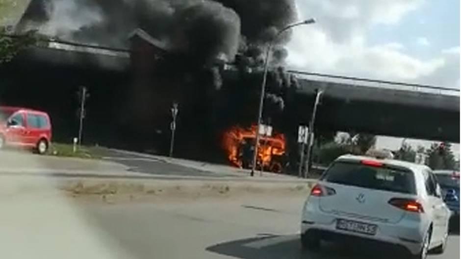#BullisDürfenNichtSterben: VW-Bus rollt brennend durch Stralsund – Mitleid unter Bulli-Liebhabern garantiert