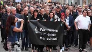 Teilnehmer einer Kundgebung für einen verstorbenen 22-Jährigen in Köthen