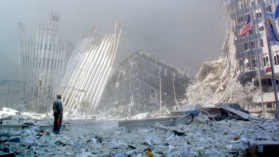 11. September: Mann steht vor Trümmern