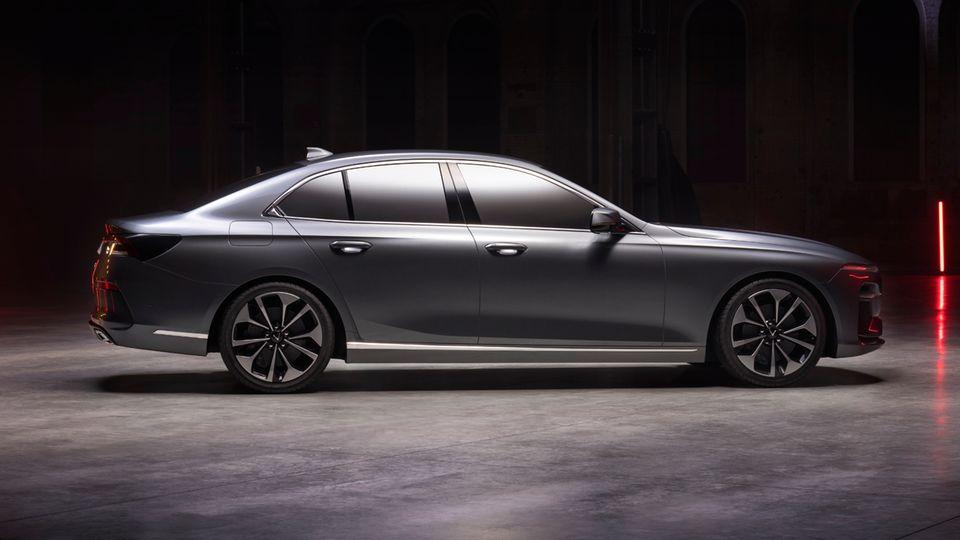 Eine lange Motorhaube, ein klassischer Kofferraum und horizontale Karosserie-Linien schaffen eine elegante Note für die Premium-Limousine.