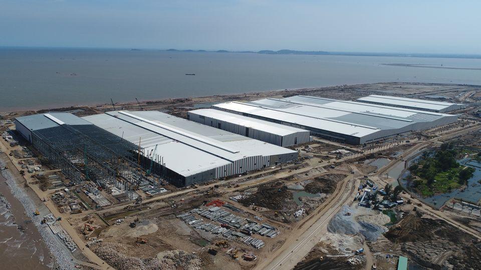 """Innerhalb der letzten zwölf Monate wurde auf der Insel Cat Hai eine riesige Automobilfabrik aus dem Boden gestampft. Das Werk ist auf einer Fläche von 335 Hektar verteilt, von denen 120 Hektar aus dem Wasser """"entwendet"""" wurden."""