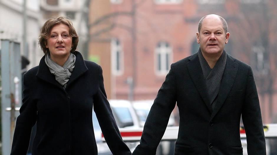 Olaf Scholz und Britta Ernst Hand in Hand - Ein bekannter Lobbyist ist ihr Vermie