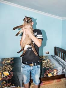 Der Admin. Als Nicht-Rich-Kid-of-Tirana teilt er sich sein Zimmer mit seiner Schwester. Und der Katze.