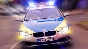 Ein Polizeiauto fährt auf einer Straße