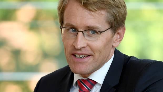 Daniel Günther (CDU), Ministerpräsident von Schleswig-Holstein, blickt nachdenklich