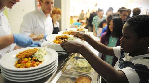 Streit um Halal-Fleisch in Hamburg: Ein Schüler nimmt sich Essen in einer Schulkantine