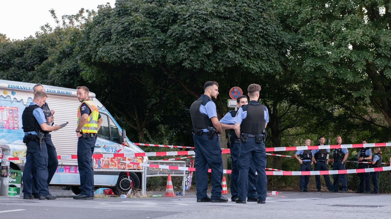 Polizisten stehen an einem abgesperrten Bereich am Tempelhofer Feld in Berlin. Dort wurde Nidal R. getötet.