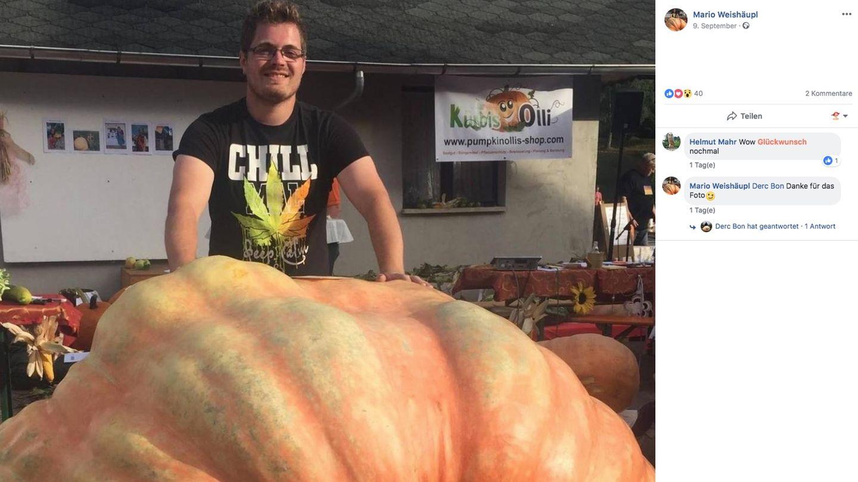 Mario Weishäupl posiert mit seinem Riesen-Kürbis