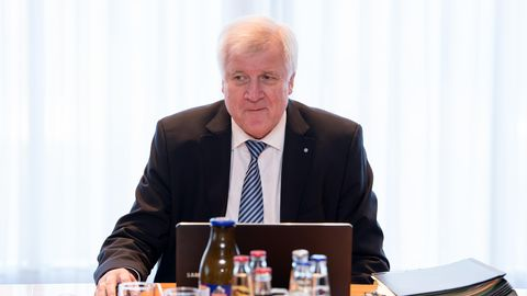 Horst Seehofer 2016 an einem Laptop