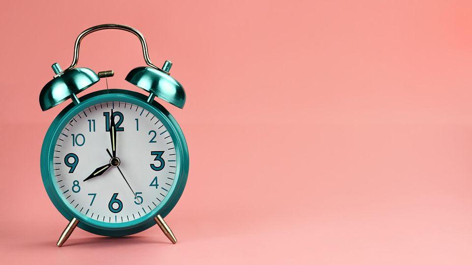 Eine Uhr vor pinkem Hintergrund