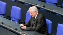 Mann im Anzug spielt auf Handy