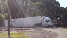 USA: Güterzug zerfetzt Truck auf den Gleisen