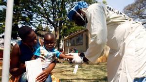 Kind mit Cholera-Symptomen wird betreut