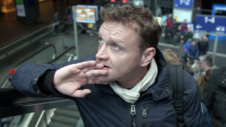 """Chris aus der Sendung """"Ich, einfach unvermittelbar?"""" steht nervös am Bahnhof"""