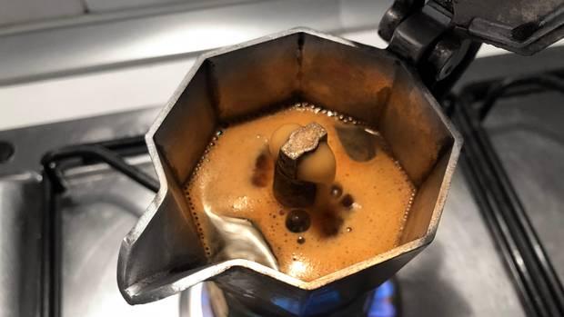 Eine Espressokanne in der Kaffee gekocht wird.