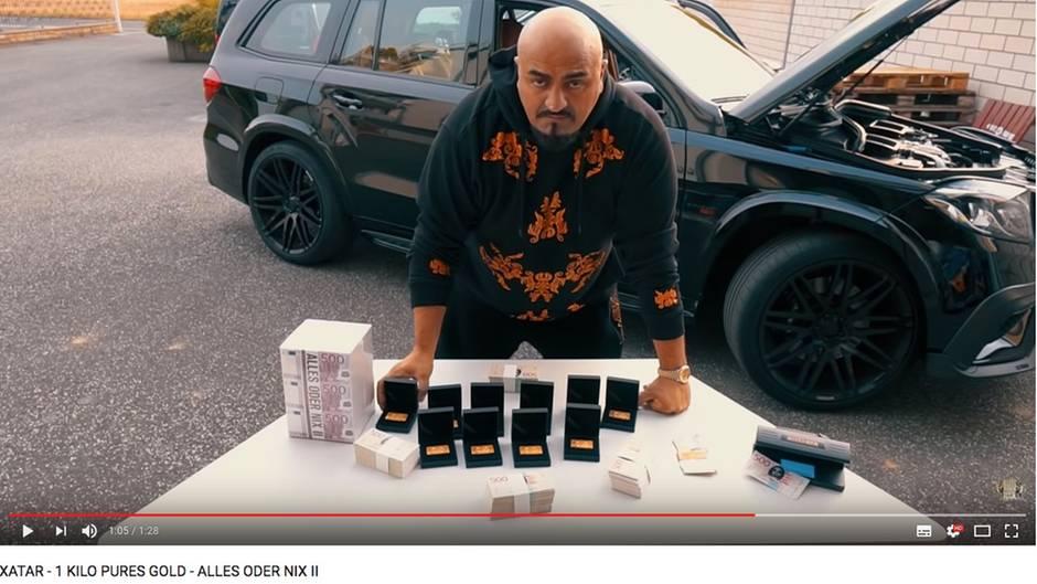 Xatar präsentiert den Kilo Gold, den er an seine Fans verlosen will. Woher er das Gold hat? Darüber kann nur spekuliert werden ...