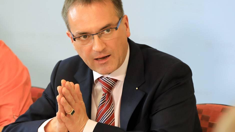 Der Leitende Staatsanwalt Horst Nopens spricht auf einer Pressekonferenz