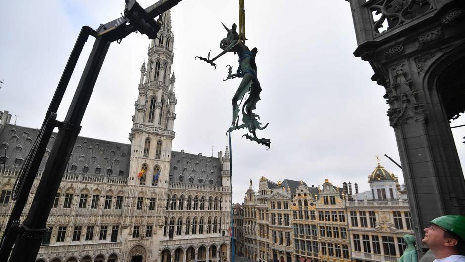 """Brüssel,Belgien. Am prachtvollen Rathaus am Grand Place in der belgischen Hauptstadt wird eine Drachenstatue, Teil der historischenWetterfahne, demontiert. Im Rahmen der """"Grand-Place to be""""-Ausstellung soll sie von Oktober bis Dezember im Museum ausgestellt werden."""