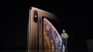 Phil Schiller steht vor Apples neuen iPhone Xs und iPhone Xs Max