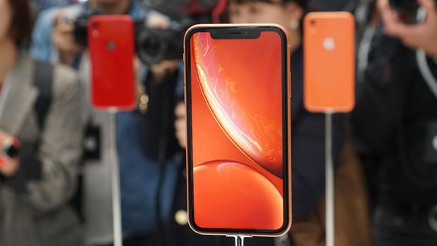 Das neue iPhone XR gibt es in knalligen Farben - hier zu sehen die Koralle-Version (Orange)