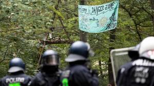 Hambacher Forst: Polizei beginnt mit Räumung - Aktivisten kündigen Widerstand an