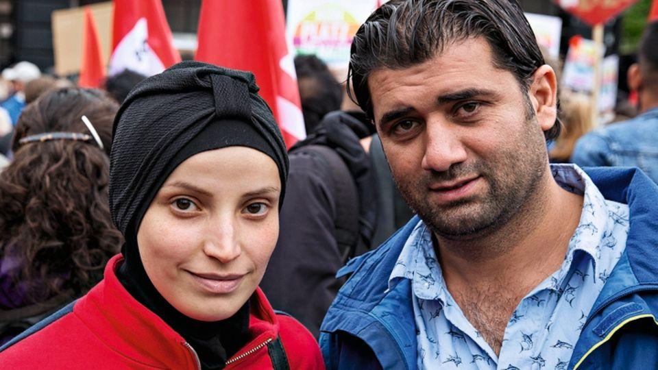 Die Psychologin Kholoud al-Hawari (M.) floh vor zwei Jahren mit Mann und Kindern aus Syrien. Sie hat jetzt Angst.