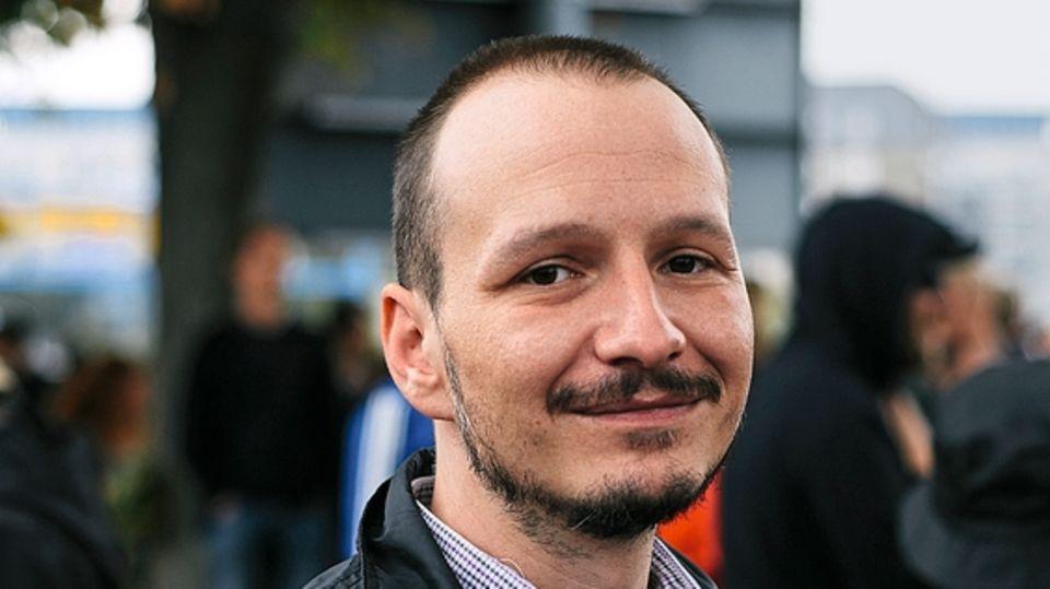Matthias Buschbeck (r.) hat eine Übernachtungsbörse für Konzertbesucher vom vergangenen Montag organisiert