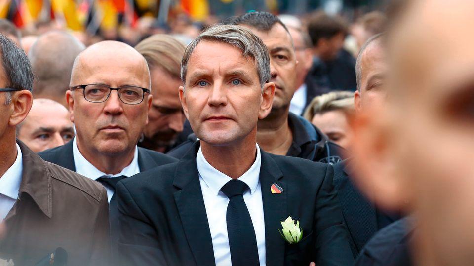 """Björn Höcke, Chef der Thüringer AfD, beim """"Trauermarsch"""". Er kam in Schwarz mit weißer Rose, wie andere führende Rechte auch"""