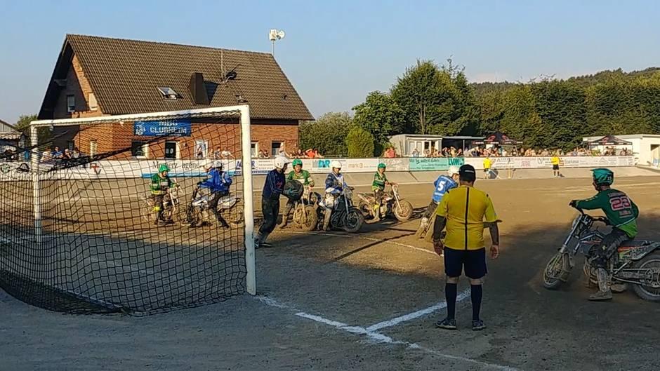 Motoball: Fußball mit Motorrädern: Da springt schon mal die Kniescheibe raus