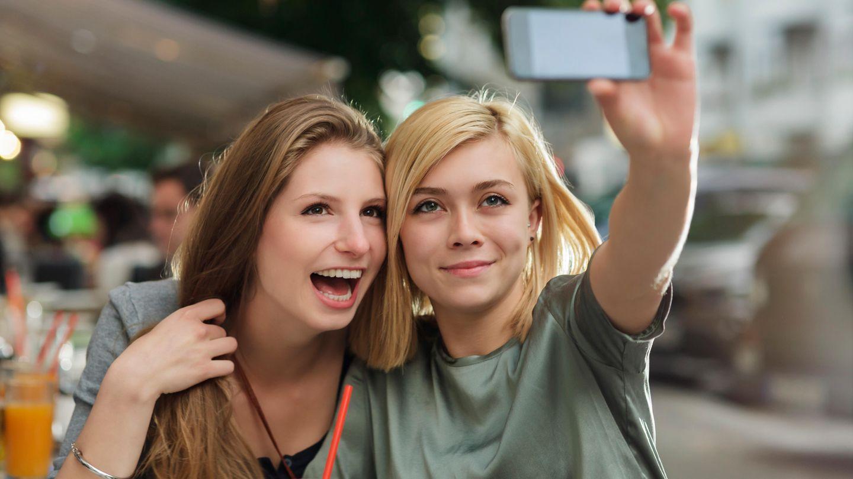 Zwei Mädels in Berlin machen ein Selfie