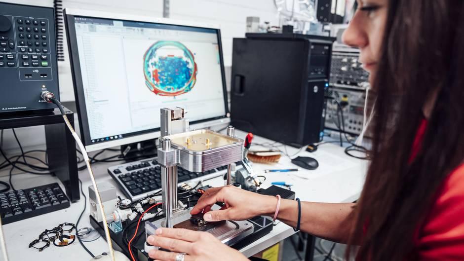 Jede Uhr – auf dem Schirm durchleuchtet – enthält mehrere Sender und Empfänger, dadurch kommuniziert sie mit Satelliten, Smartphone und externen Sensoren. Die Herausforderung für Funkingenieurin Vesna Someros ist es, ihre winzigen Antennen optimal zu gestalten.