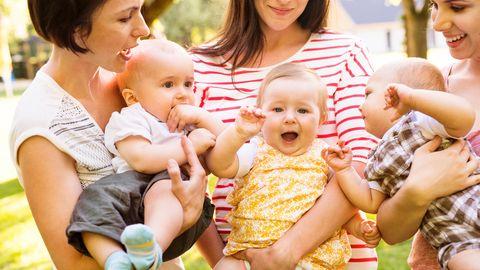 Drei Mütter mit drei Babys im Arm