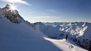 Wunderschönes Tirol: Ein Skifahrer auf einer einsamen Piste