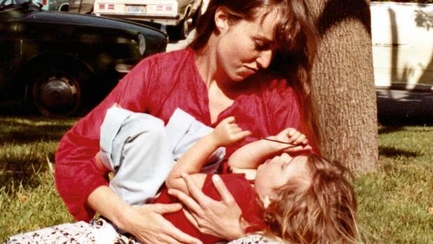 Lisa alsDreijährige mit ihrer Mutter Chrisann Brennan