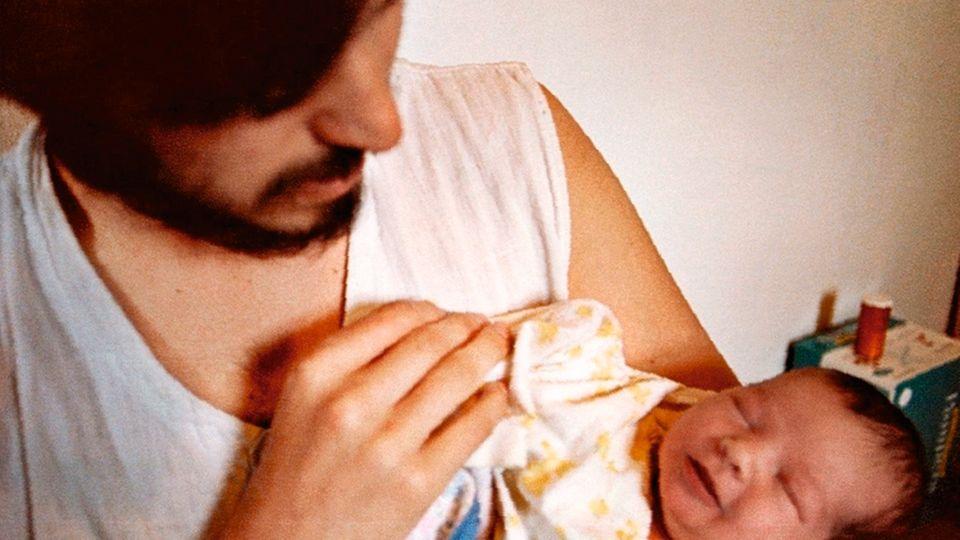 Jobs mit seiner Tochter 1978, drei Tage nach der Geburt. Er gibt ihr den Namen Lisa