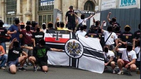 Während EM 2016: Sächsischer Beamter ist auf Hitlergruß-Foto zu sehen - und bekommt nun die Quittung dafür