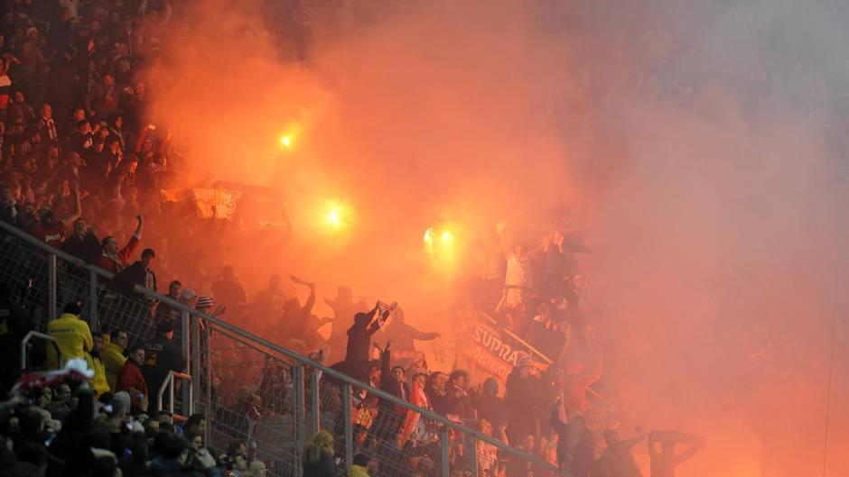 Hooligans zünden Pyrotechnik in derWirsol Rhein-Neckar-Arena, Sinsheim (Symbolbild)