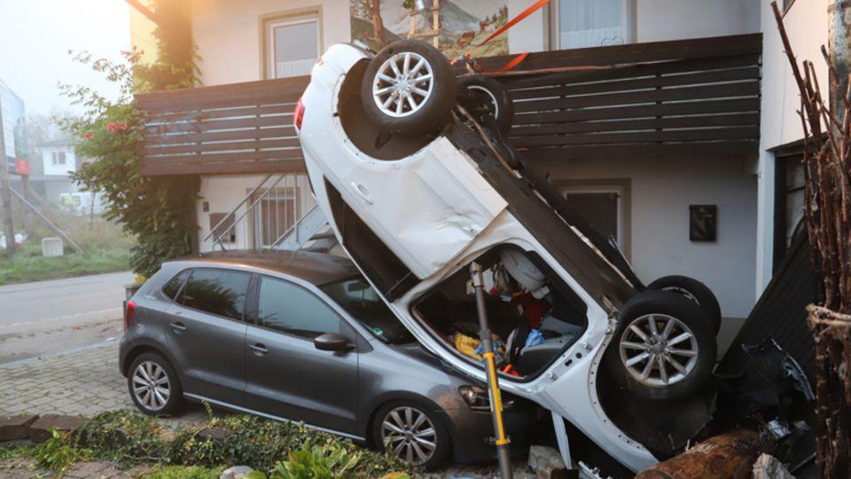Das Auto liegt nach dem Unfall kopfüber auf einem anderen Auto