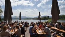 Besucher des Biergartens am Staffelsee genießen das sonnige Wetter