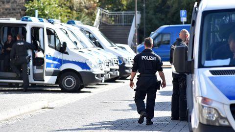 Die Lage sei bislang ruhig in der gut 26 000 Einwohner zählenden Stadt, so die Polizei.